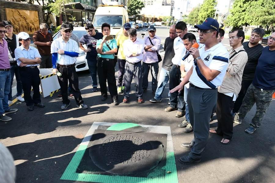 提升道路安全,台中市府試辦提升孔蓋抗滑率。(盧金足攝)