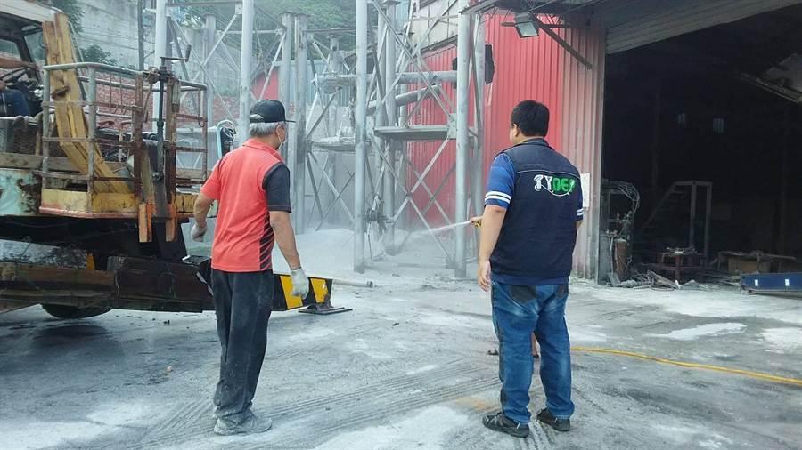 國慶連假,環保局在龜山區一處工廠查獲粉塵汙染。(桃園市環保局提供/甘嘉雯桃園傳真)
