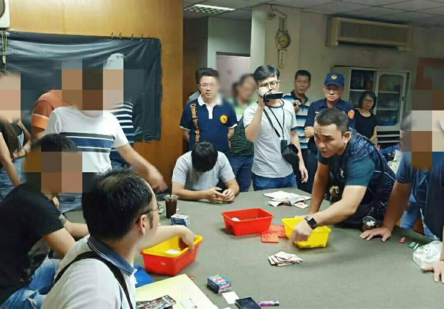 台南市警五分局國慶日破獲職業賭場。(翻攝畫面/洪榮志台南傳真)