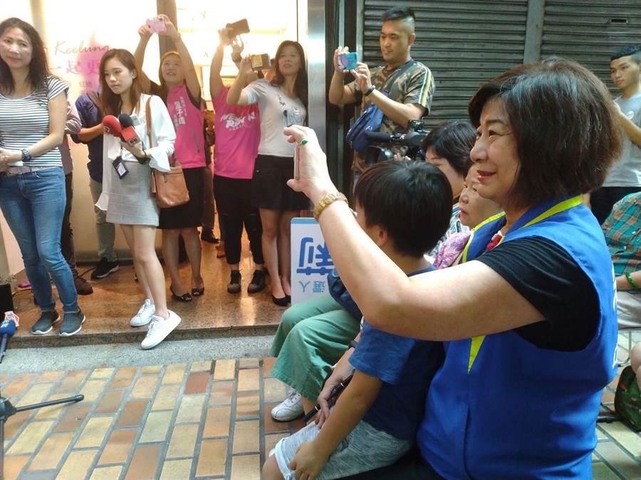宋瑋莉自稱柯粉,全程緊跟著柯文哲,照相、簽名樣樣來。(許家寧攝)