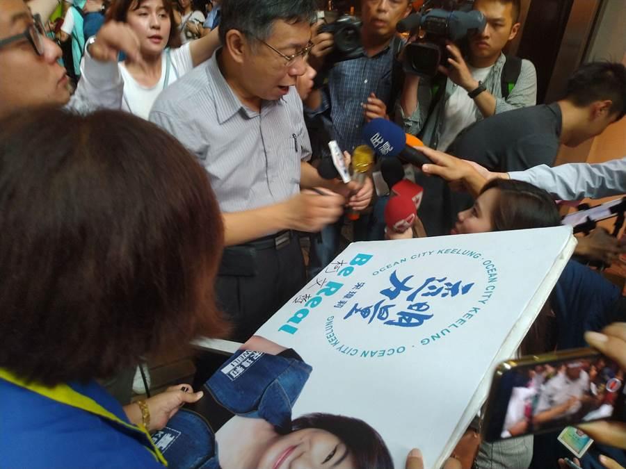 宋瑋莉拿出競選看板毛遂自薦請柯簽名,盼尋求柯的支持。(許家寧攝)