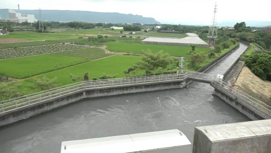 集集攔河堰的濁水溪流入灌溉渠道前,利用跌水工的高差發電,之後再流入渠道,未來還要興建7座。(周麗蘭攝)