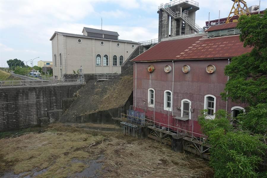 發電81年的濁水發電廠2004年除役(紅色建築),圖左是新建的廠房。(周麗蘭攝)