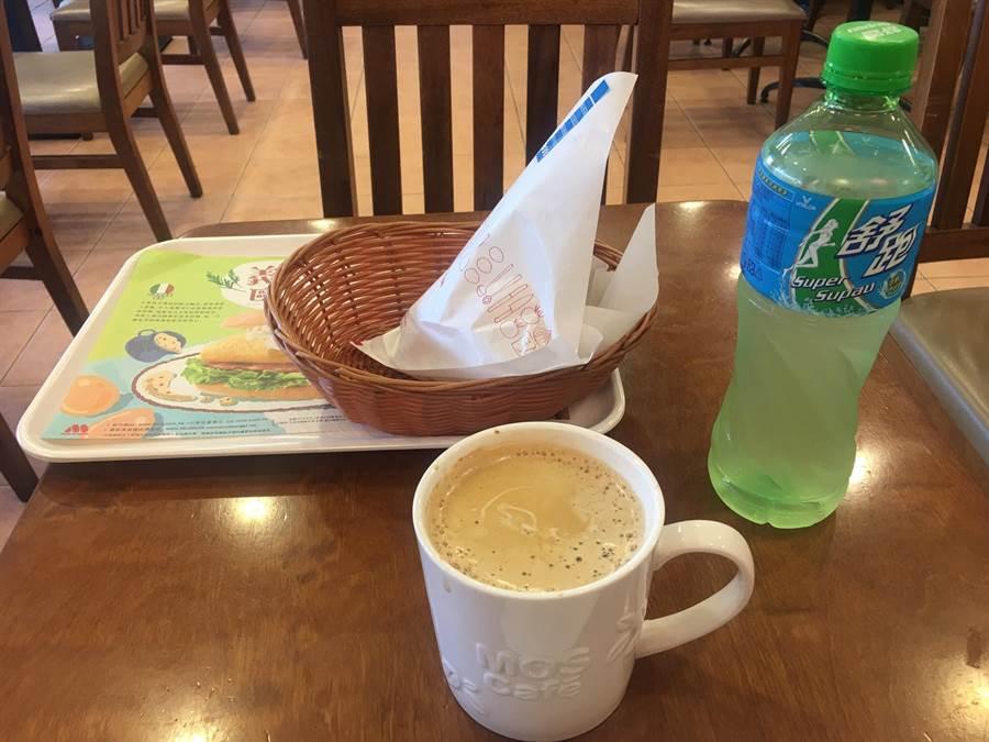 李來希品嚐咖啡、美食心情,被鄰座吹噓闊氣花錢旅遊破壞了。(圖/擷自李來希臉書)