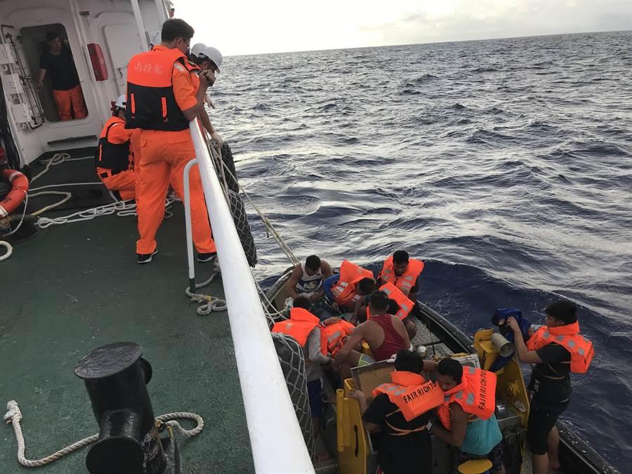 漁船船長疑似中風,南投艦冒著惡劣海象,先將船長接駁上船。(東部地區機動海巡隊/王志偉花蓮傳真)