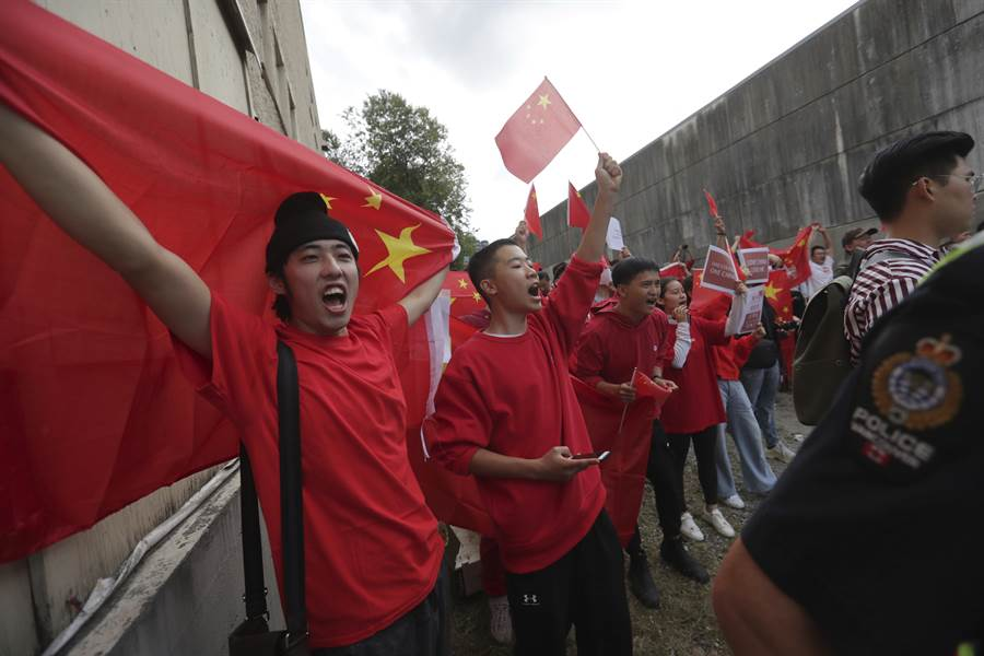 支持北京的大陸僑民在溫哥華對支持香港反送中的群眾進行反制,他們舉著大陸國旗、高唱國歌,經常與支持香港反送中的群眾發生衝突。(圖/美聯社)