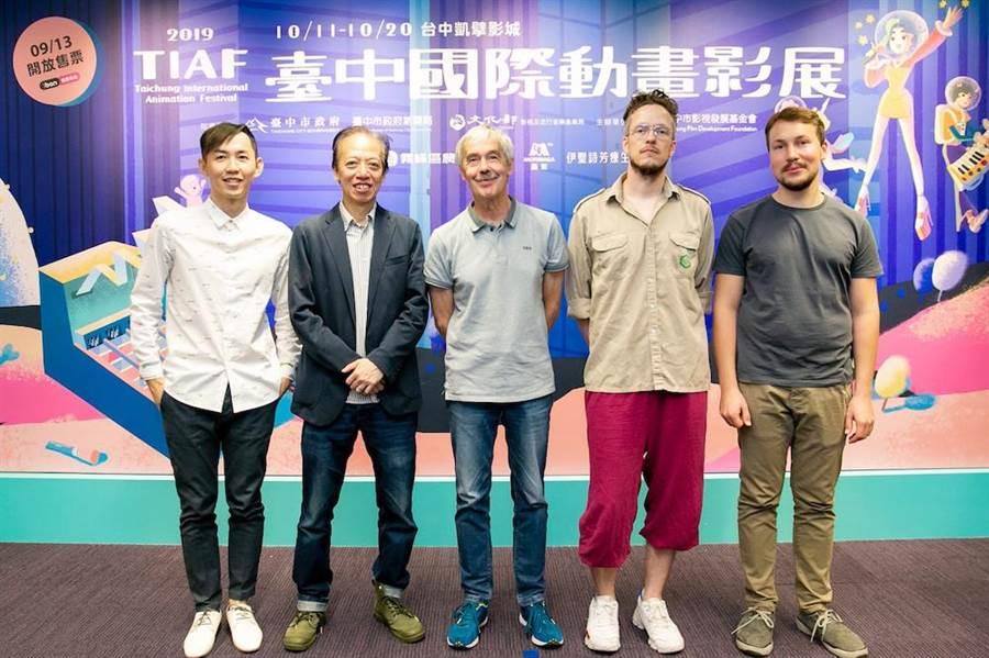 國際競賽評審謝文明(左起)、盧子英、海蒙庫莫、麥斯海德勒、吉特保羅迪斯合照。(台中國際動畫影展提供)