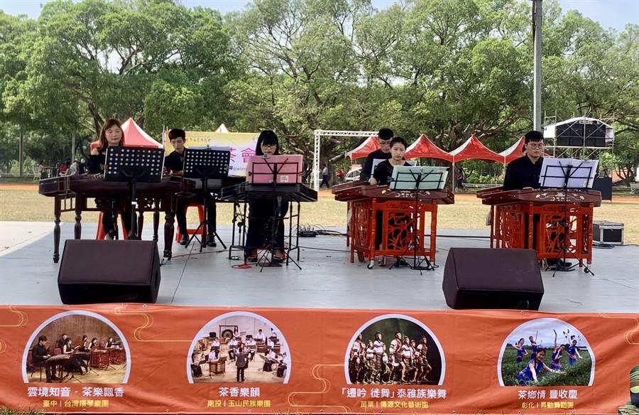 台中市台灣揚琴樂團,在南投茶博會演出。(廖志晃攝)