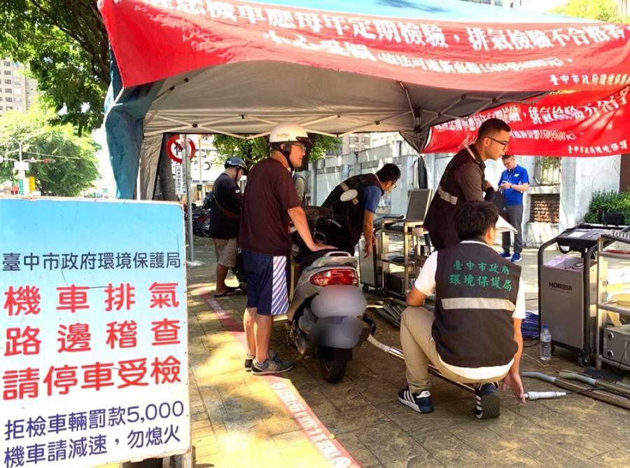 台中市府環保局成立「髒車糾察隊」主動出擊,稽查路上排煙烏賊車。(盧金足攝)