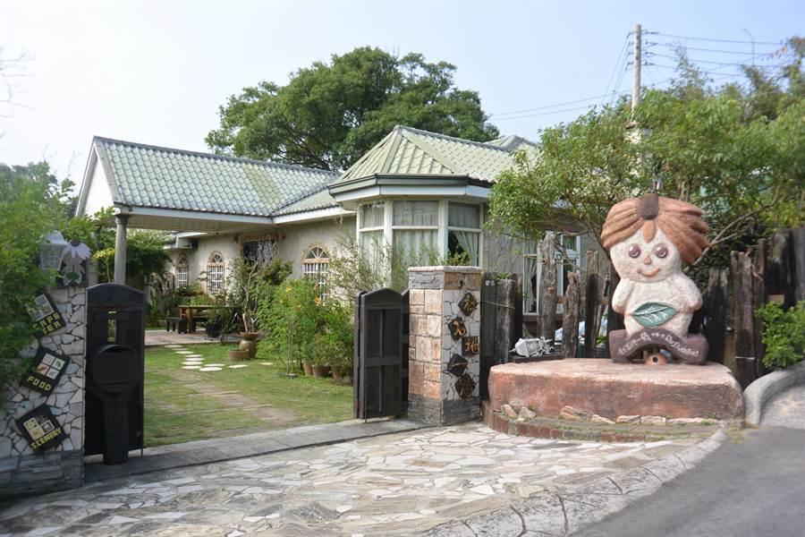 莊園位於貓裏山上,大門有可愛人偶迎賓。(巫靜婷攝)
