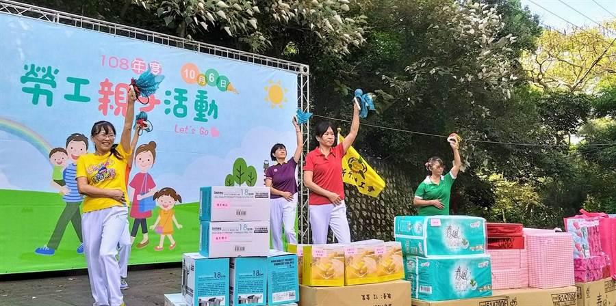 新竹市2019年勞工親子健行活動近日熱鬧登場,近千勞工親子共同在十八尖山享受悠閒健行的樂趣。(陳育賢攝)