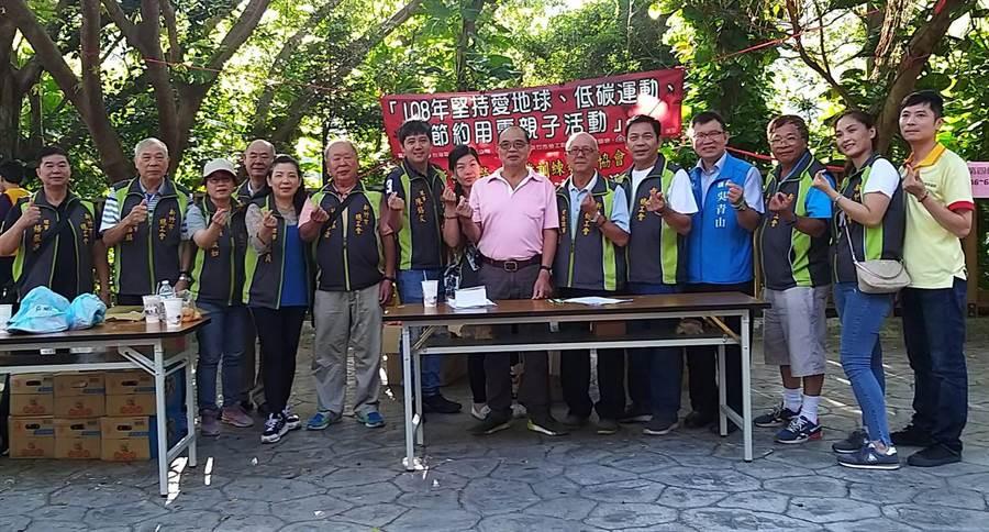 新竹市總工會理事長莊鑑川(右七)表示,此次辦理勞工健行活動之外,也同時舉辦「堅持愛地球、低碳運動、節約用電活動」與「職業安全就業宣導」等活動。(陳育賢攝)