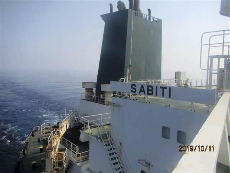 伊朗「沙比地」號(Sabiti)油輪11日穿越紅海的畫面。(美聯社)