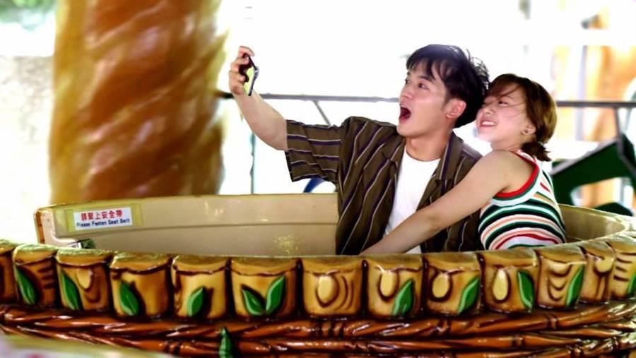 吳思賢與項婕如到遊樂園拍甜蜜戲。三立提供
