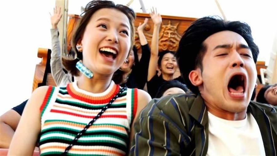 吳思賢與項婕如坐雲霄飛車嚇壞了。三立提供