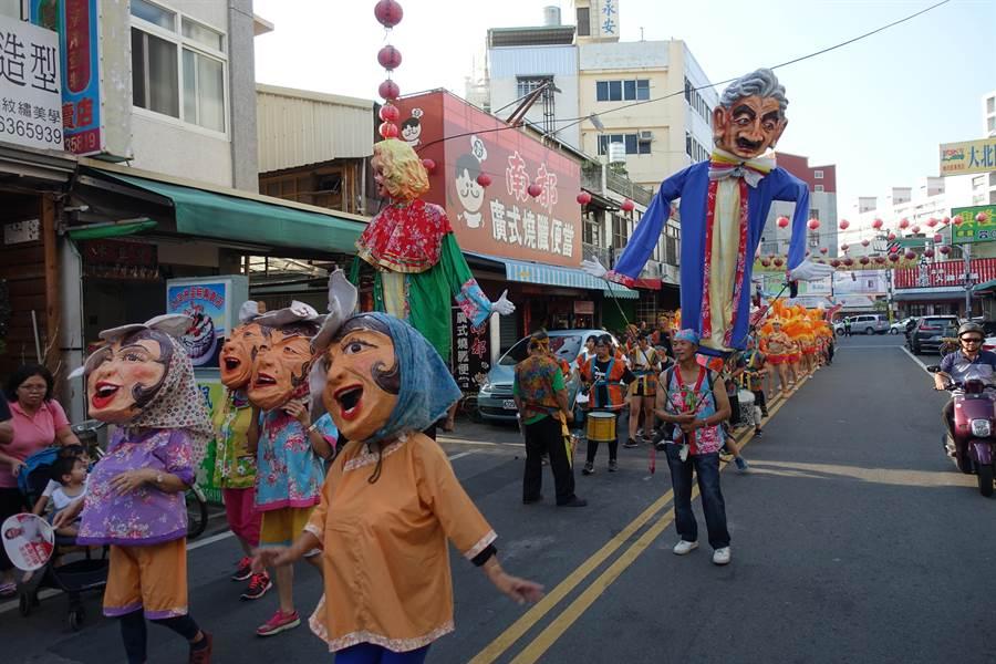 雲林故事館慶祝12周年踩街遊行,表情誇張的巨型人偶也共襄盛舉。(許素惠攝)