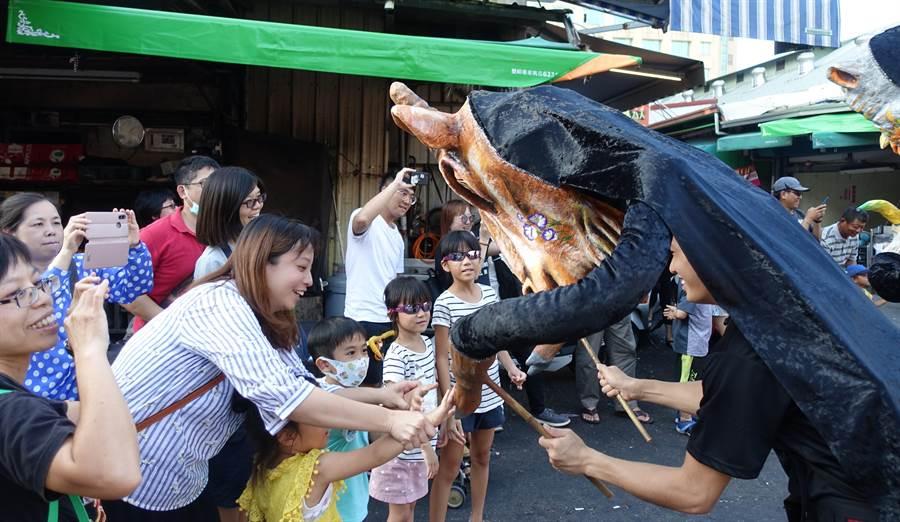 雲林故事館以12生肖巨偶踩街慶祝12周年,生肖偶和人群熱烈互動。(許素惠攝)