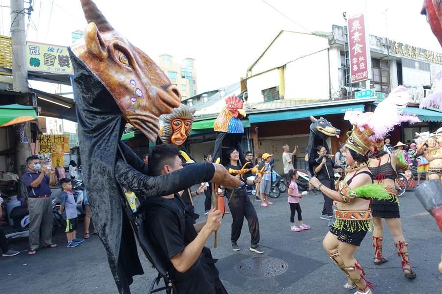 雲林故事館慶祝12周年由12生肖偶踩街,和斗六溪州森巴舞團在路口熱舞,吸引大家駐足觀賞。(許素惠攝)