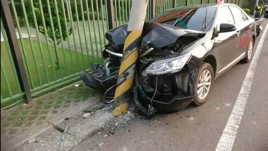 嘉義竹崎發生轎車撞電桿,造成車頭全毀。(民眾提供/張毓翎嘉義傳真)
