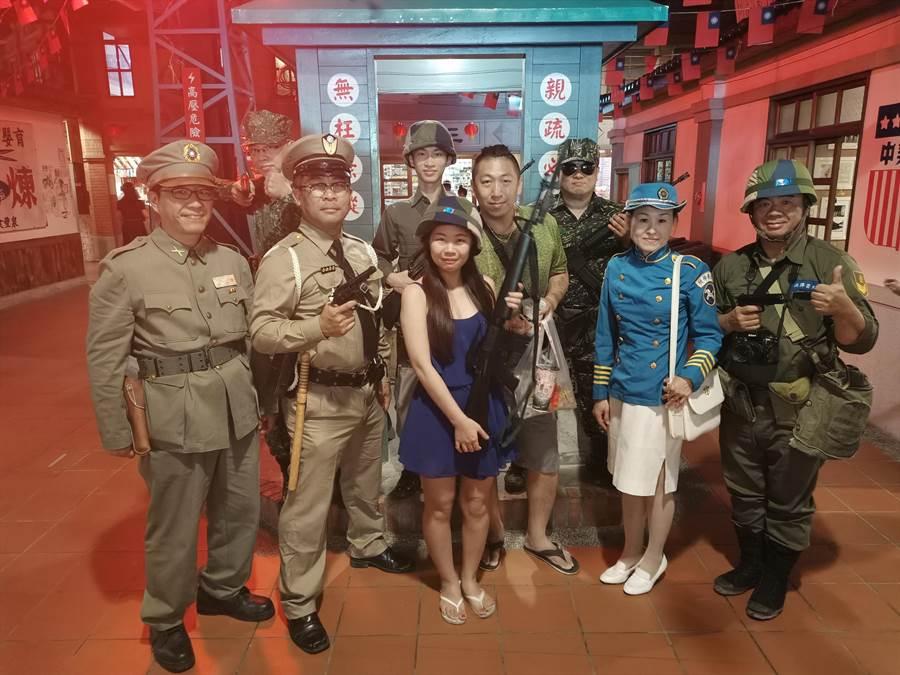 民眾開心與50年代裝扮的軍警人員拍照留念。(張晉銘攝)