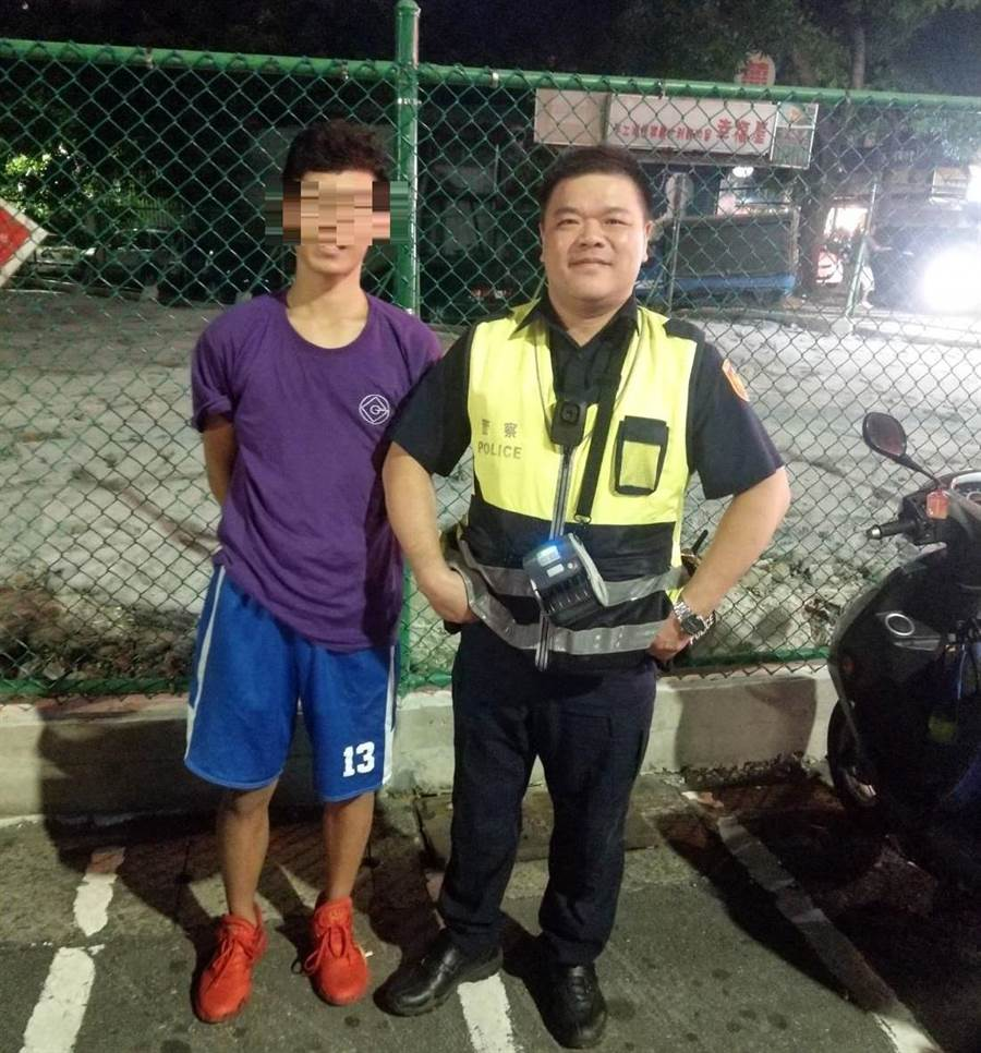 大力巡佐張漢平協助李同學取回手機。(警方提供/陳鴻偉台北傳真)