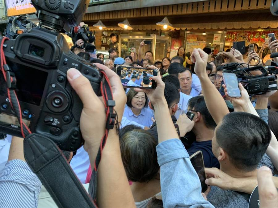 蔡英文在松山區鵝肉店用餐,圍觀民眾將店門口擠得水洩不通。(楊孟立攝)