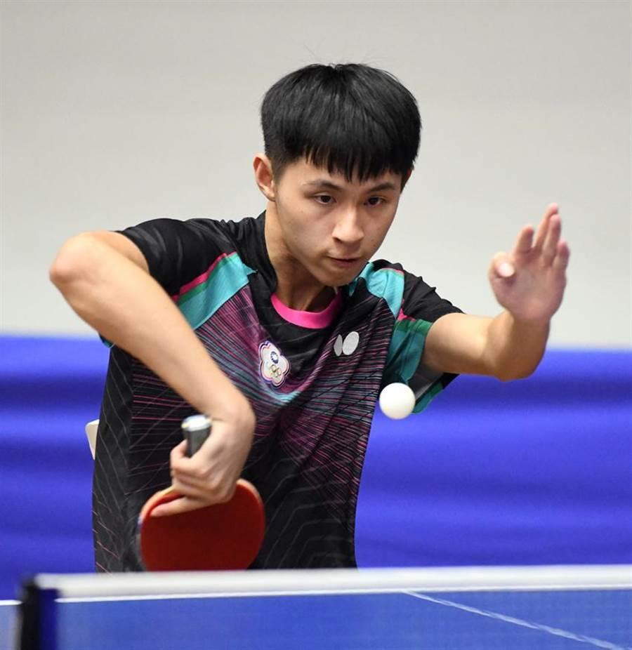 (第一銀行男子桌球隊員戴茗葦於「2019臺北國際青少年桌球公開賽」奪下18歲組團體金牌、單打金牌。圖/第一銀行提供)