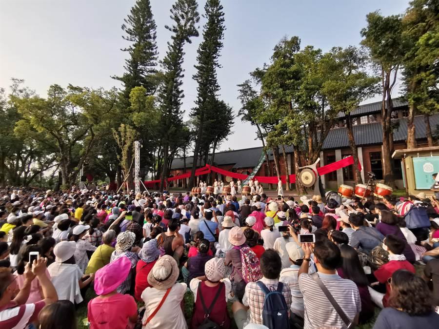 台南山上花園水道博物館11日下午舉行開幕儀式,邀優人神鼓演出經典曲目《水鏡記》,觀眾將舞台前草地擠得水洩不通。(劉秀芬攝)