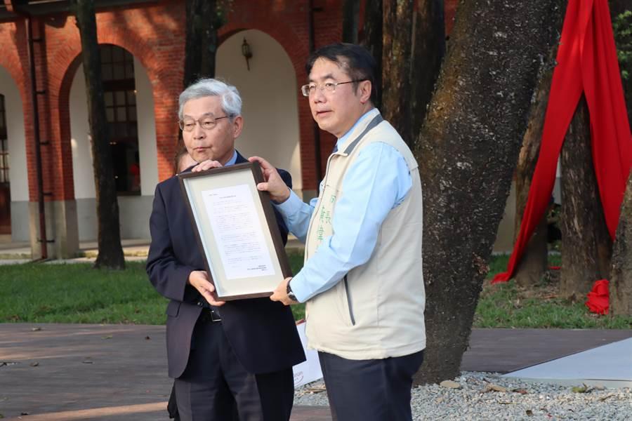 研究台灣水道之父濱野彌四郎的權威之一稻場紀久雄教授(左),帶來濱野先生的後代的祝賀文。(劉秀芬攝)