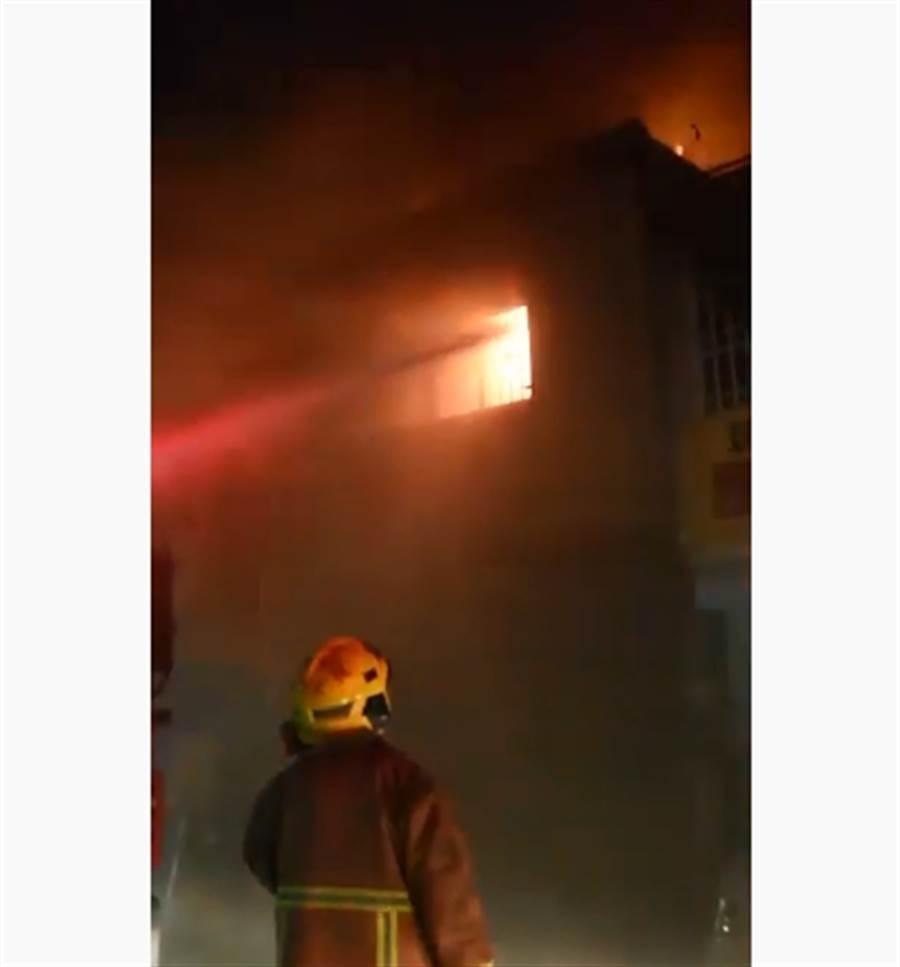 板橋公寓起火 疑2人受困