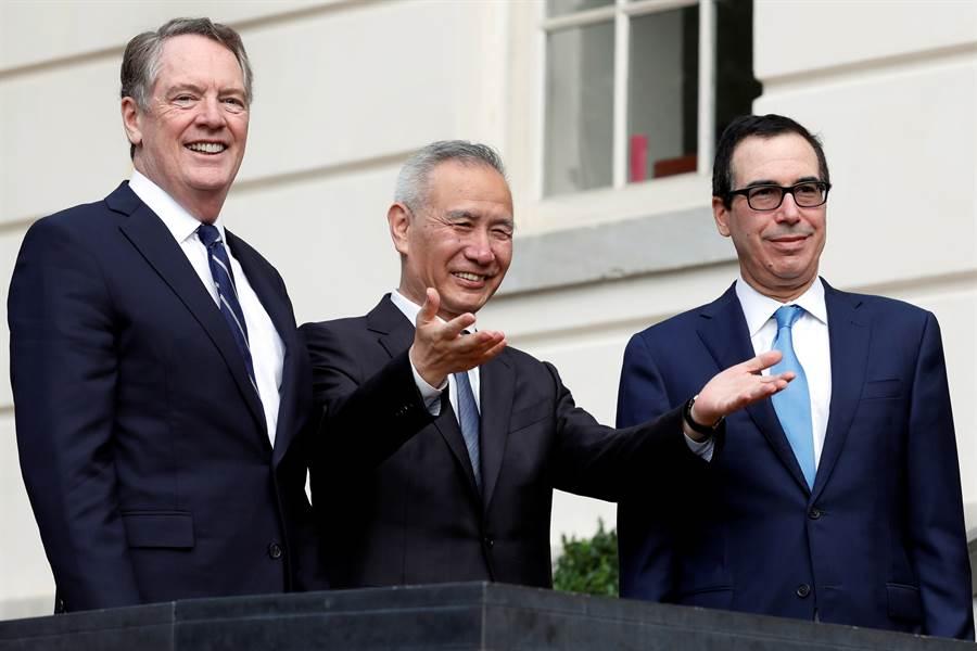 美中展開第13輪貿易談判,首日進展非常良好。圖為中方談判代表劉鶴(中),美方代表萊希澤(左)與姆努欽(右)。(圖/路透)