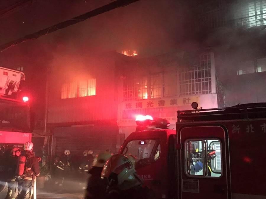 板橋區溪崑一街20號,晚間近7時發生一起火警。(翻攝照片/吳亮賢新北傳真)