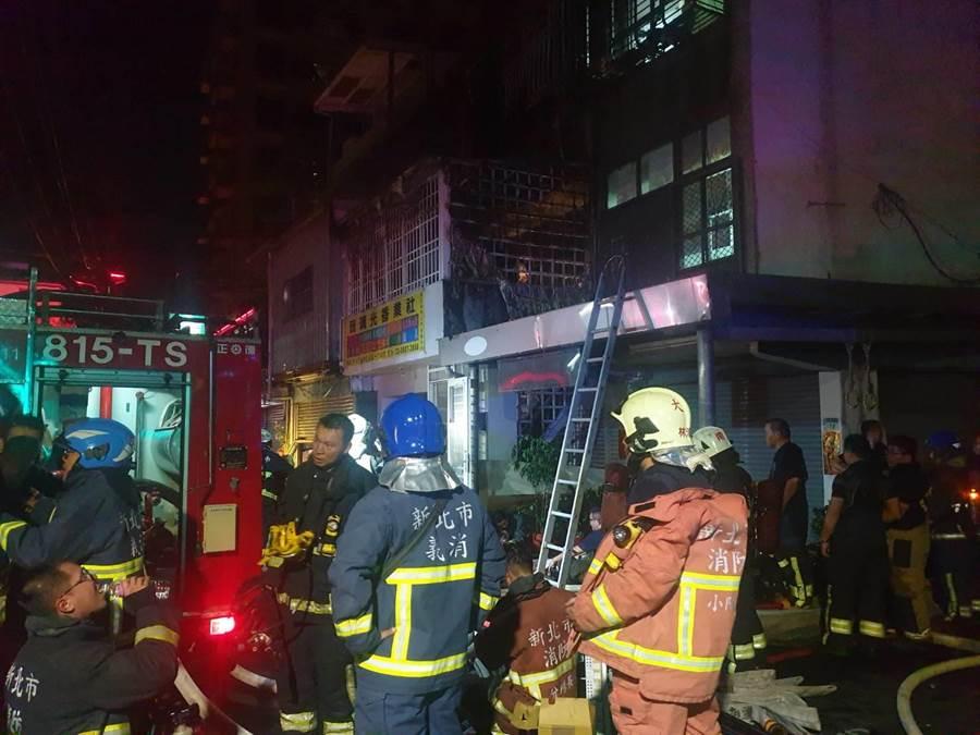 1名受困女子已救出,火勢於7時25分撲滅。(翻攝照片/吳亮賢新北傳真)