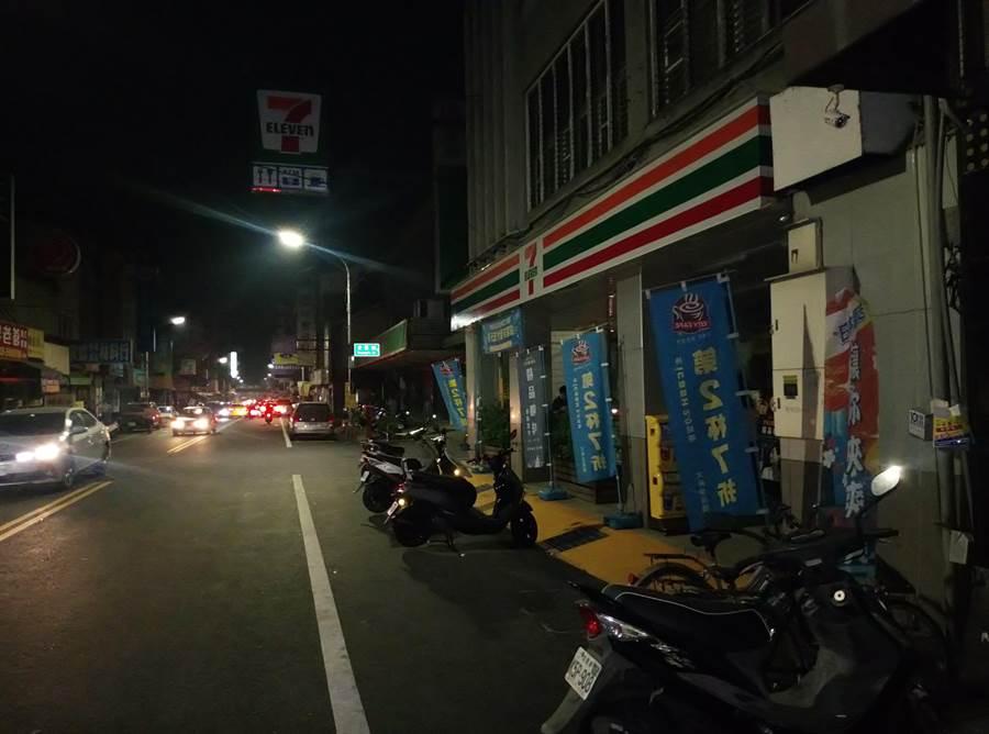 雲林斗南不知何故停電小鎮陷入黑暗。(許素惠攝)