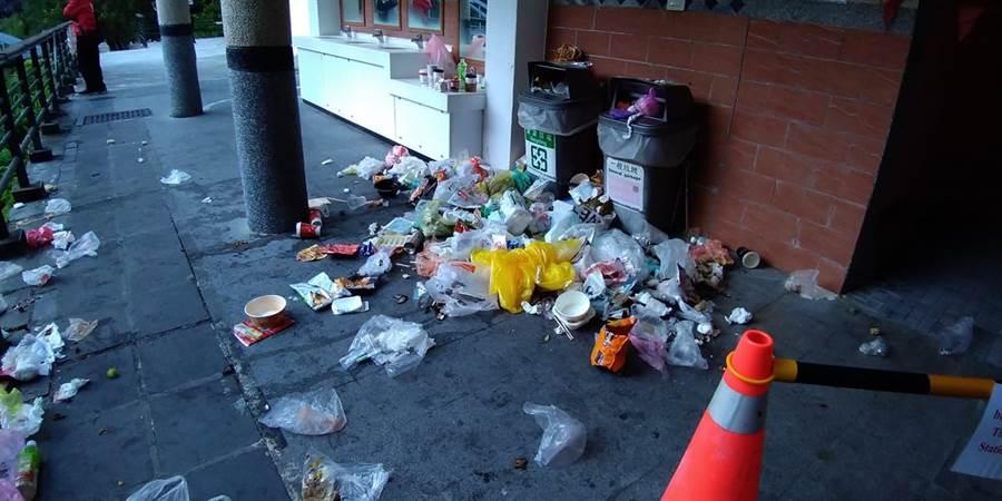 觀光勝地太魯閣的超商後面,遍布滿地垃圾,讓網友看了好傻言,直說台灣人到底有什麼臉笑大陸人水準 (圖/翻攝自爆怨公社)
