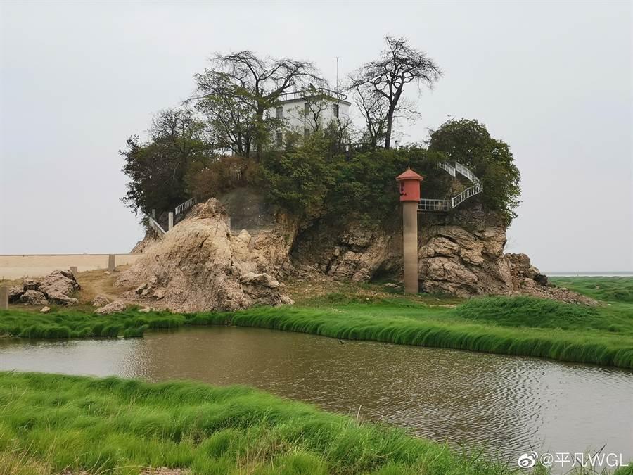 江西降水量少,鄱陽湖水位不斷下降,湖中的印子島露出乾裂的底部。(取自新浪微博@平凡WGL)
