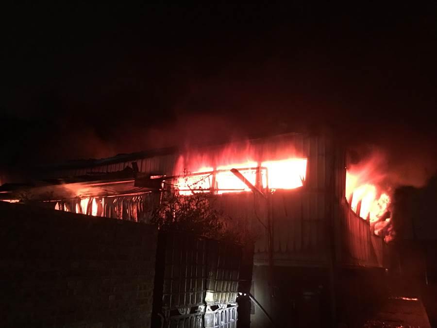 新市一家廢棄物處理廠倉庫11日晚間發生火警。(翻攝照片/劉秀芬台南傳真)