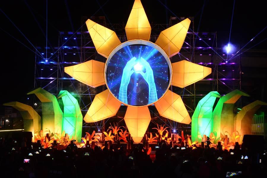 「花現針愛秀」寬20米、高10米並結合夢幻3D電腦動畫及各種震撼光效的大型光影裝置藝術秀。(王志偉攝)
