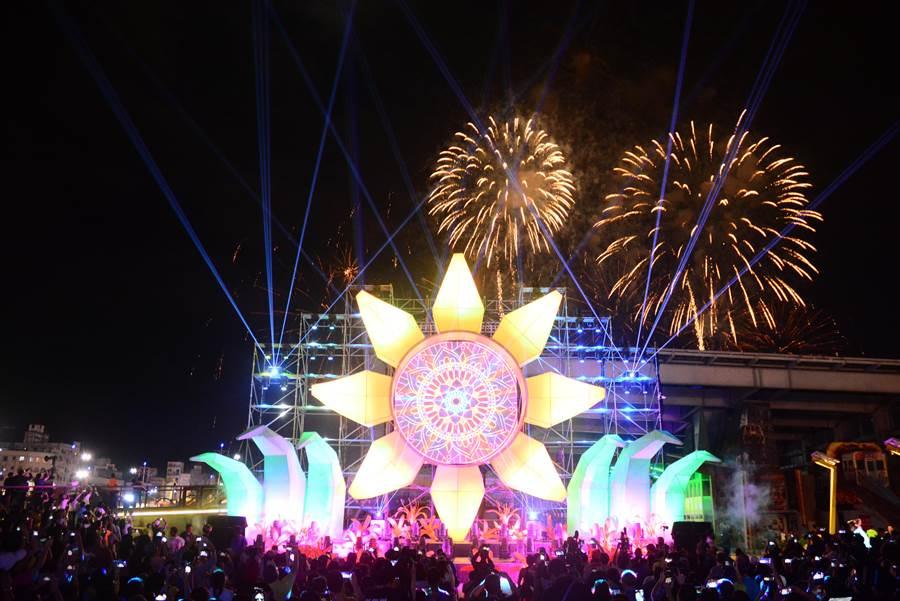 今晚施放開幕限定的花彩星空秀,16吋的煙火彈讓花蓮的夜空就像空中夜花園般的璀璨亮麗。(王志偉攝)