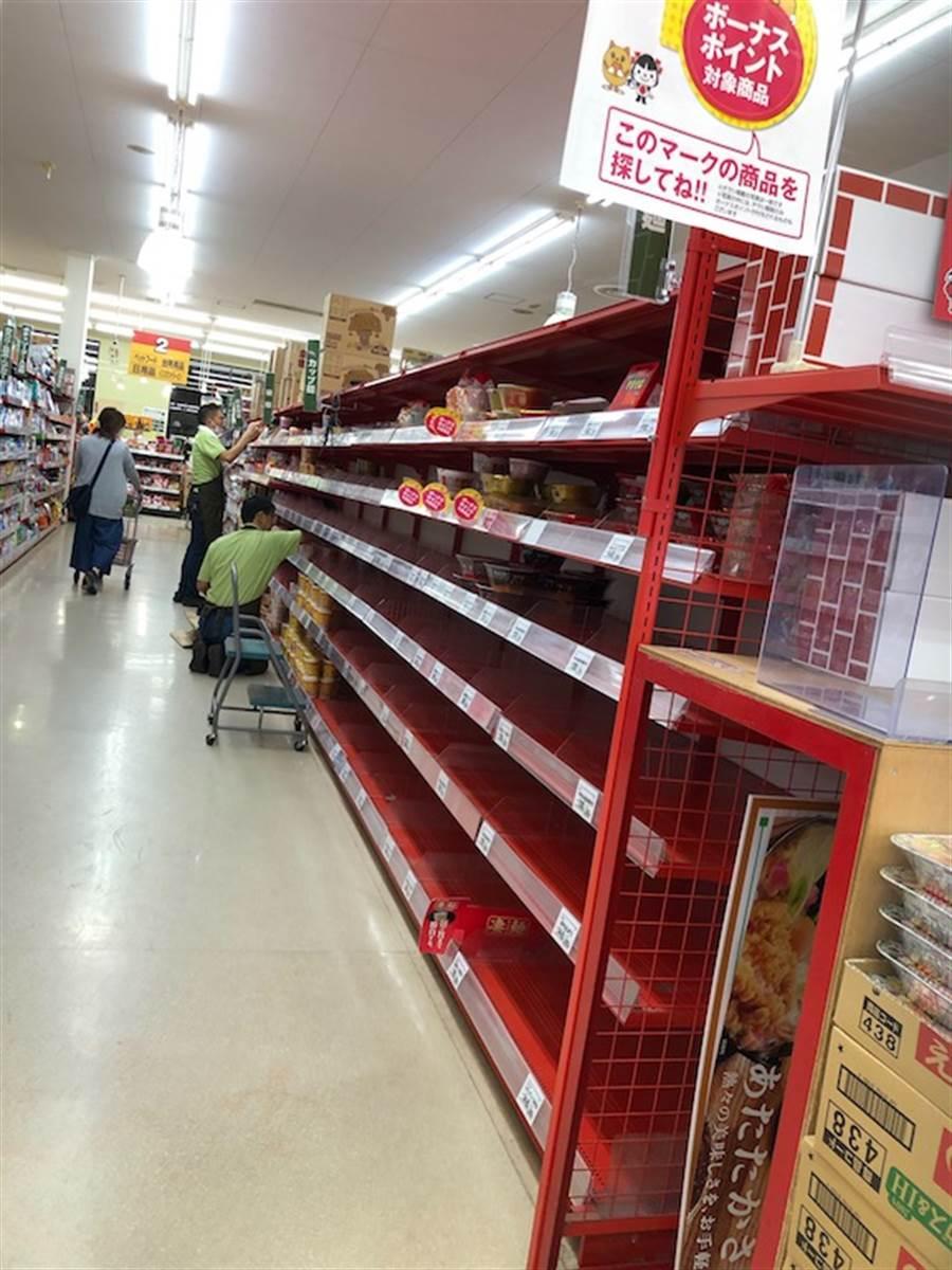 關東地區的超市在颱風來襲前貨架上的商品已被搶空。(黃菁菁攝)