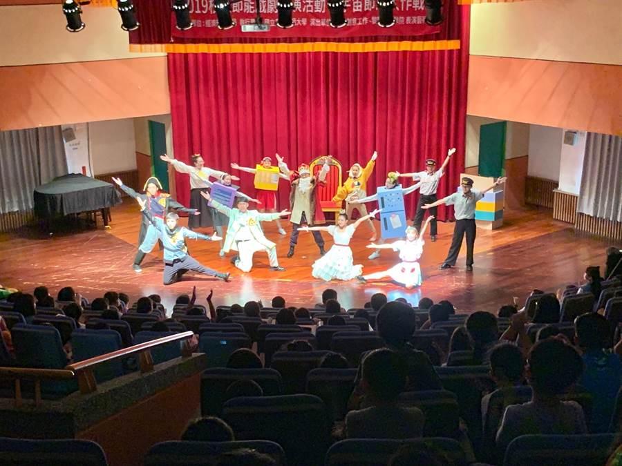 經濟部能源局主辦,黎明技術學院表演藝術系學生演出能源劇《宇宙節能大作戰》,全國巡迴演出23場次。(黎明技術學院提供)