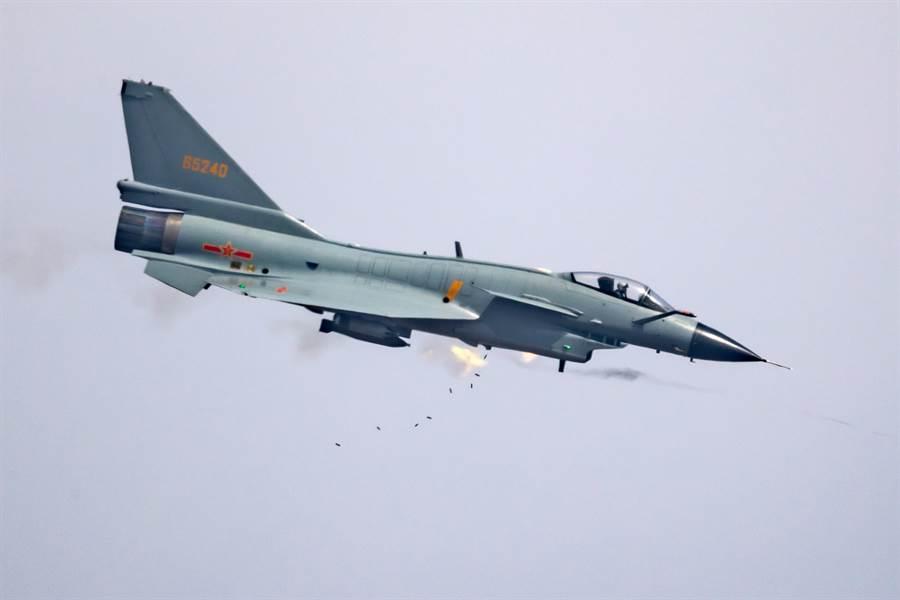 大陸的殲-10C戰機目前是中共空軍國產戰機裝備最先進的機種,正在積極拓展國際市場,如果能在泰國戰機換代中擊敗瑞典鷹獅,將會是大陸軍火工業重要里程碑。(圖/新華社)