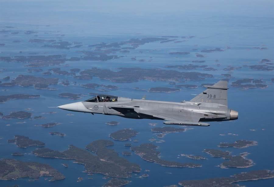 瑞典鷹獅戰機是相當受國際上歡迎的機種,但價格高達1億美以上,它的高價位讓陸製殲-10C有可乘之機。(圖/SAAB)