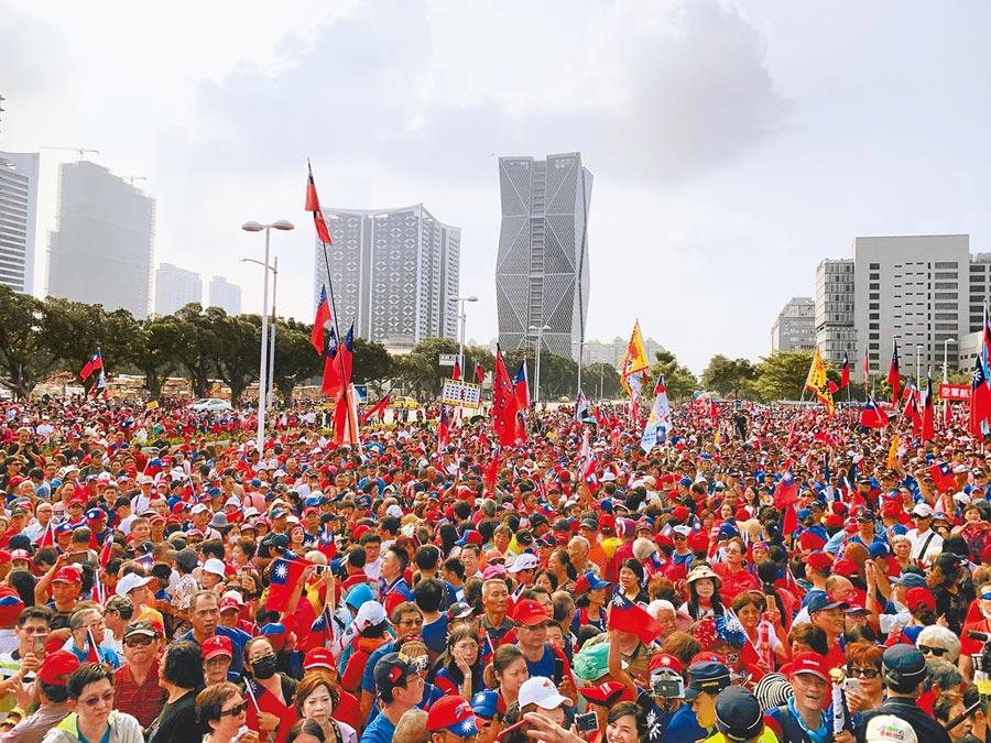 高市府10日舉辦國慶升旗典禮,吸引上萬民眾到場參與。(柯宗緯攝)