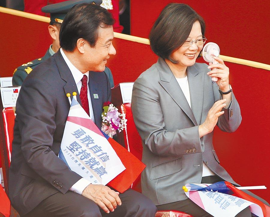 雙十國慶大會10日舉行,坐在立法院長蘇嘉全(左)身旁的蔡英文總統(右)拿起迷你風扇吹風。(范揚光攝)