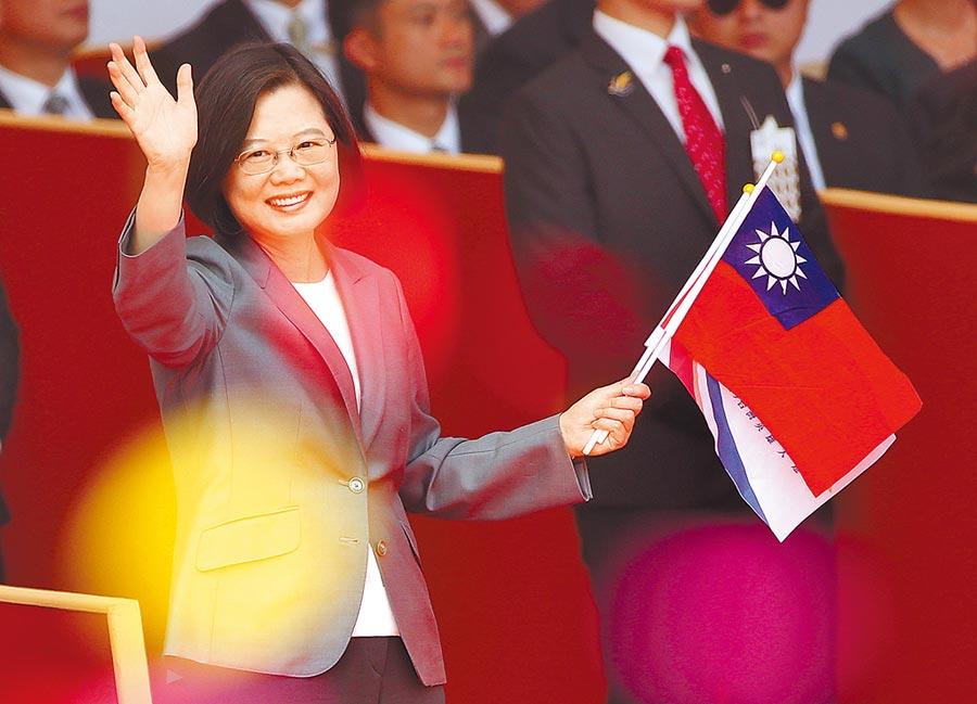 圖為蔡英文總統手持國旗,開心地向遊行隊伍揮手致意。(范揚光攝)