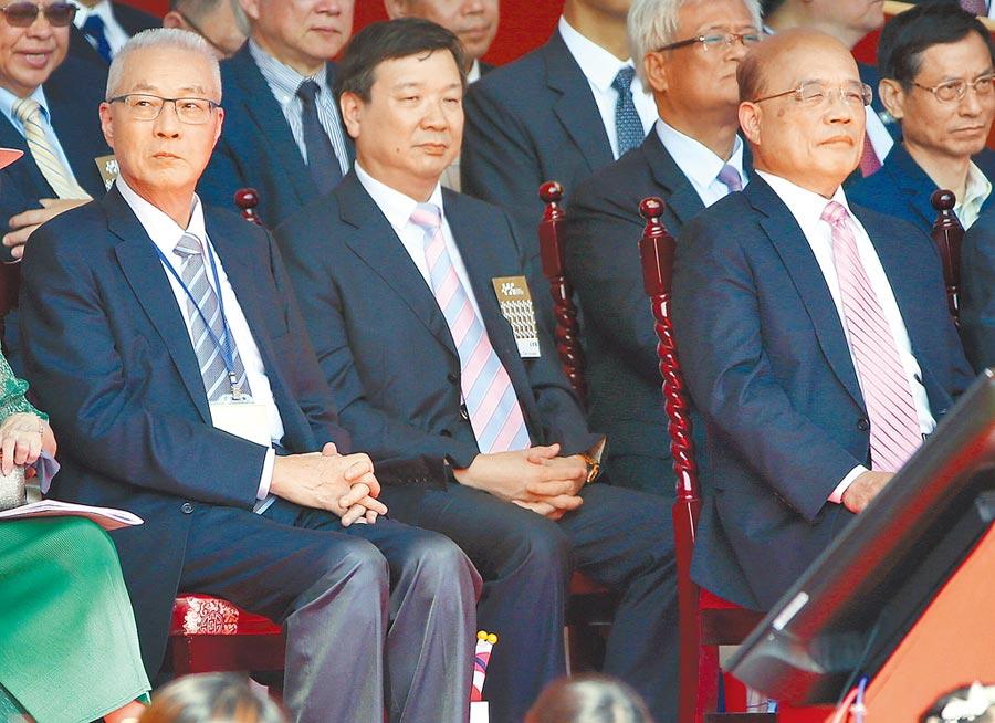雙十國慶大會10日舉行,國民黨主席吳敦義(左)與相隔一條走道的行政院長蘇貞昌(右)幾乎沒有互動。(范揚光攝)