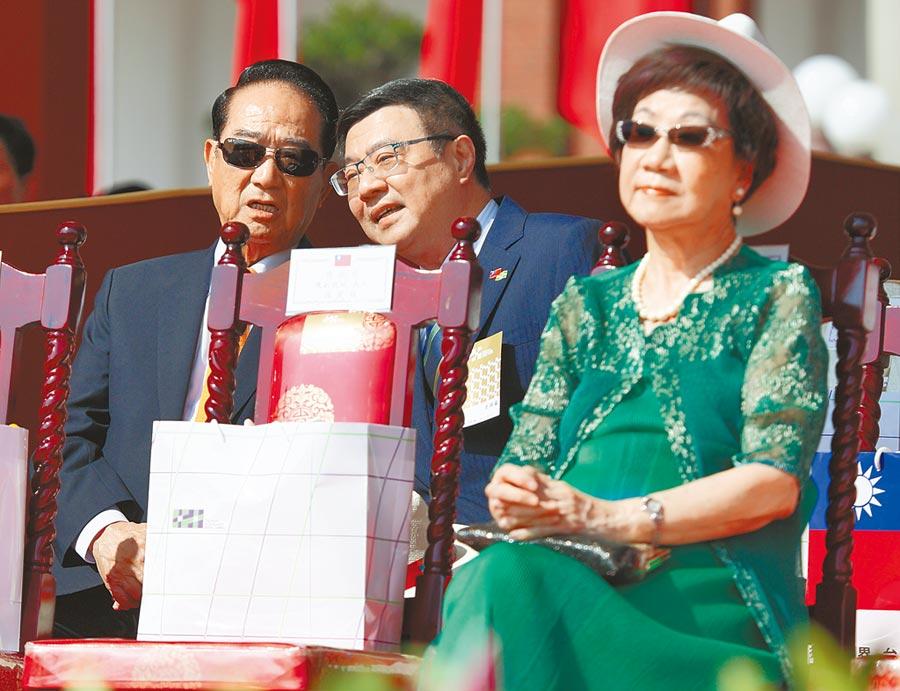 親民黨主席宋楚瑜(左)與民進黨主席卓榮泰(中)頻頻咬耳朵,右為前副總統呂秀蓮。(張鎧乙攝)