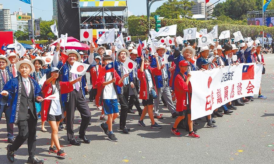 108年國慶大會10日登場,其中「日華議員懇談會」率跨黨派國會議員與台北日僑學校師生共同參與遊行,象徵日台友好。(張鎧乙攝)