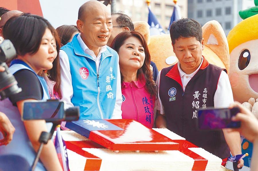 高雄市長韓國瑜(左二)10日參加國慶升旗典禮,眾人一起切特製大蛋糕慶祝。(柯宗緯攝)